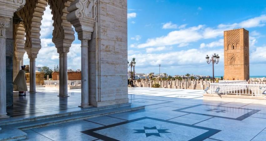 SM le Roi, Amir Al Mouminine, se recueille sur la tombe de Feu SM le Roi Mohammed V
